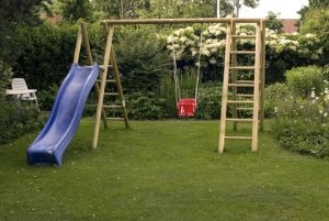 den kindern ein spielplatz im garten bauen. Black Bedroom Furniture Sets. Home Design Ideas