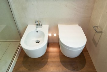 Bidets werden zusätzlich zum WC installiert und dienen der Körperhygiene.