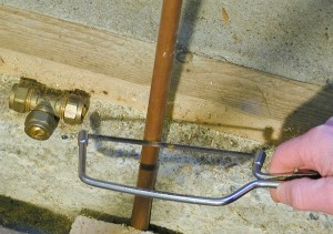 Eine kleine Bügelsäge bzw. Puksäge gehört in jeden Werkzeugkoffer.