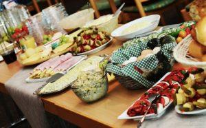 Tipps rund um ein gelungenes Buffet für Ihre Feier oder Party im Garten.