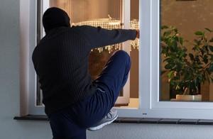Einbrüche in Erdgeschoss-Wohnungen erfolgen oft durch das Fenster.