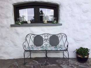 Für den italienischen Stil eignen sich Eisenmöbel mit dekorativen Verzierungen ideal.