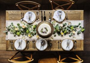 Esstische gibt es in vielen Varianten, die sich u.a. in der Form der Tischplatte und beim Gestell unterscheiden.