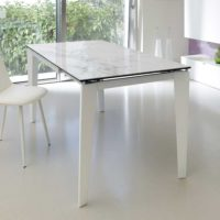Ausgefallener Esstisch mit Glasplatte in Marmor-Optik.