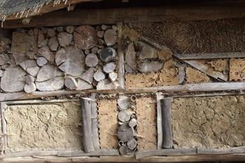 Nisthilfen für Insekten - insbesondere für Wildbienen - kann man selber bauen oder fertig kaufen.
