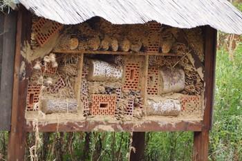 Insektenhotels für den eigenen Garten kann man kaufen oder selber bauen.