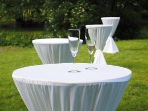 Bei einer locker gehaltenen Gartenparty brauchen Sie keine Tischordnung Sitzordnung - da sind auch Stehtische sehr beliebt.