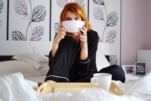 Auch ein Frühstück im Bett kann Spuren auf der Matratze hinterlassen - Tipps und Hinweise zur Matratzenreinigung im Wohnen.de Ratgeber.