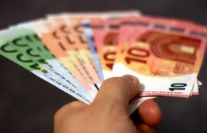 Möbelfinanzierung durch Ratenkredit - sparen durch Barzahlung beim Kauf der neuen Einrichtung