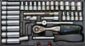Eine Ratsche bzw. Knarre sollte auch in der Werkzeug-Sammlung des Heimwerkers zu finden sein.