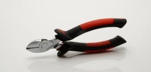 Heimwerker sollten unbedingt einen Seitenschneider im Werkzeugkasten haben.
