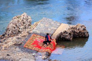 Anderswo ist es durchaus üblich, dass die Teppichreinigung im Fluss stattfindet.