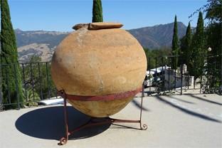 Dekorationsobjekte aus Terrakotta lassen sich im Haus und Garten beim italienischen Stil ideal einsetzen.