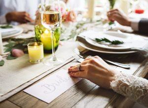 Bei formellen, offiziellen bzw. feierlichen Anlässen sollte man eine gewisse Sitzordnung Tischordnung einhalten.