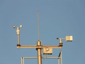 Wetterstation mit Windmesser bzw. Messgerät zur Bestimmung der Windgeschwindigkeit / Windstärke.