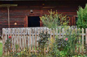 Plaung und Anlage von Zäunen und Mauern im Garten